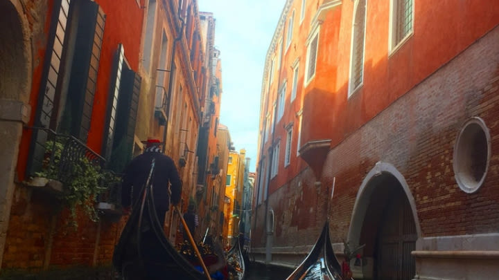 Travelling through the Venetian canals (Image uploaded to Reddit by u/JLD58).