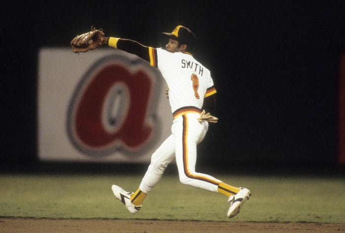 Ozzie Smith makes an incredible bare-handed adjustment