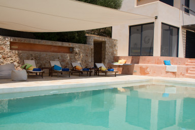 Pool and relaxation terrace in continuity of the villa