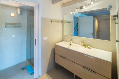 Shower room to the blue room