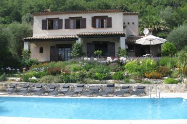 Underbar provensalsk vingård med pool och storslagen tomt med olivträd