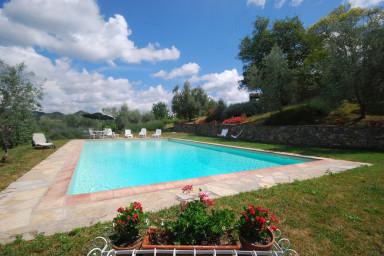 Trivsamt hus med högt och lugnt läge samt pool