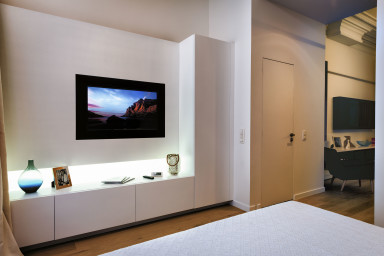 Bedroom with Queen Sized Bed / Flatscreen TV