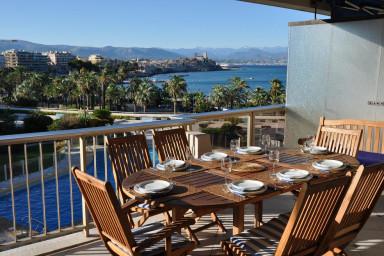 Toppmodern lägenhet med enastående panoramautsikt, 50 m från stranden