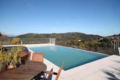 Njut av hänförande utsikt i denna vackra semestervilla med pool