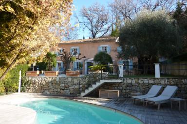Estetisk semestervilla med pool och möblerade terrasser för samkväm