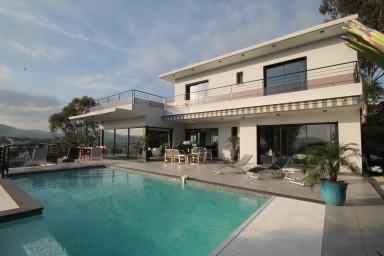Exlusiv villa med modern inredning och härlig solterrass. Pingisbord