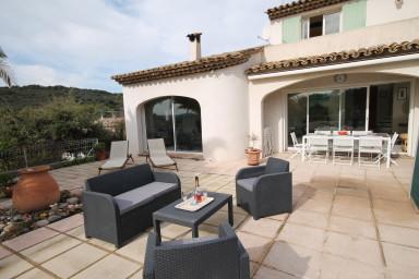 Fint hus med pool och solterrass i lugnt och tjusigt område