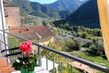 Lägenhet med balkong och vidsträckt utsikt över dalen