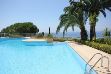 Läcker lägenhet med pool och härlig havsutsikt