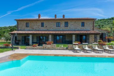 Vacker villa med pool med slående utsikt över landsbygden