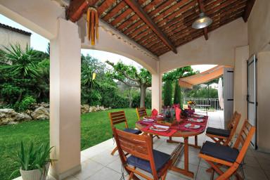 Semestervilla med stor trädgård, pool och färgstark inredning