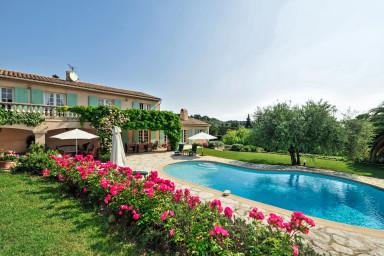 Omsorgsfullt renoverad villa med stor privat pool