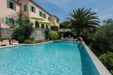 Spatiös semestervilla med elegant pool och hänförande utsikt