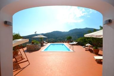 Rymlig villa med pool med utsikt över dalen och havet