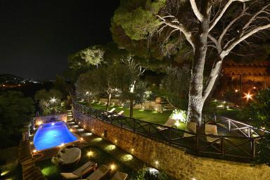 Vacker historisk villa med pool och fantastisk utsikt