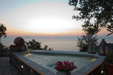 Stor villa med utomhus kök och fantastisk havsutsikt på Amalfikusten