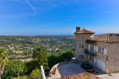 Stor traditionell villa 360 meter över havet