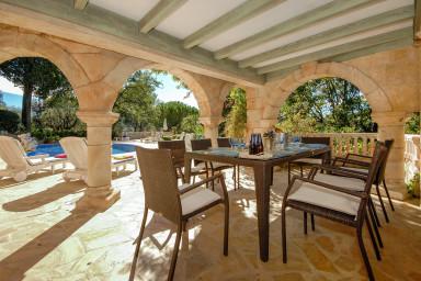 Stor traditionell villa med vacker pool och romantisk trädgård