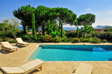 Modern villa med pool ett stenkast från stranden