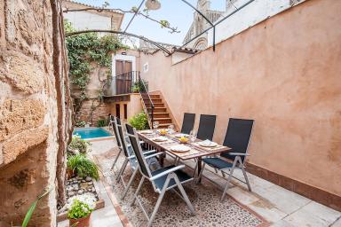 Vacker villa mitt i centrala Alcudia med privat pool och terrass
