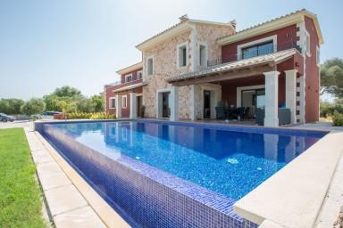 Spektakulär och modern villa med saltvattenpool och stor trädgård