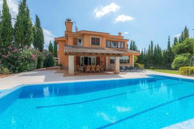 Spektakulär villa med pool, generös utsikt och stor inbjudande trädgård