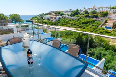 Spektakulär strandvilla med med utsikt över Cala Mandia