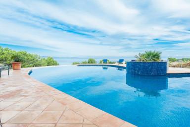 Läckert hus med vidsträckt havsutsikt och en ljuvlig veranda