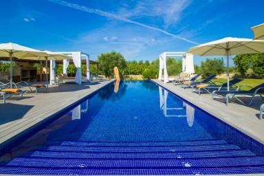 Lyxig villa med stor veranda pool och rymliga grönområden