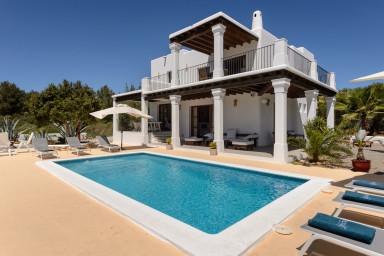 Nybyggd exklusiv villa i traditionell stil med pool och fantastisk utemiljö