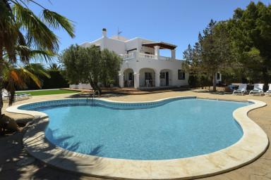 Härlig villa med ljuvlig pool och havsutsikt