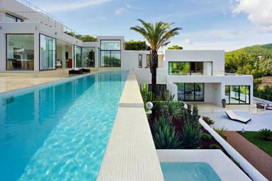 Snyggt och minimalistisk villa med öppen planlösning och inbjudande poolområde