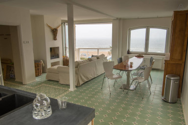 ''TILES AND WAVES'' LUXE SEA VIEW APARTMENT