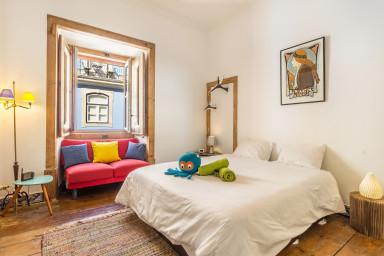 Colorful double bedroom Lisbon center