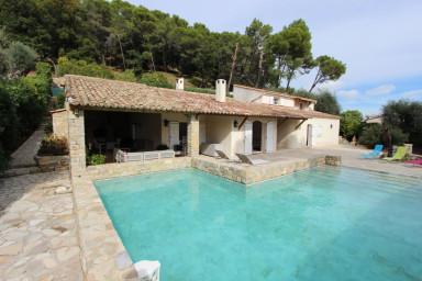 Belle villa situé dans un écrin de verdure pour 9 personnes avec piscine