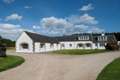 Comfortable Steading, sleeps 8. Stunning setting