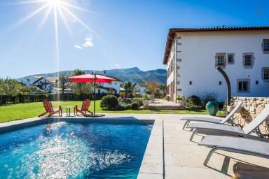 AUTHENTIQUE · KEYWEEK Villa Basque avec Piscine, Cheminée et Vues Montagne