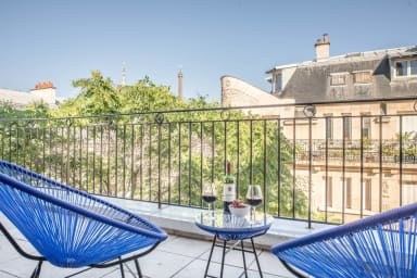 Large flat for 4 people with terrace and view on the Eiffel Tower