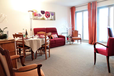 Bright 2 bedroom apartment with parking 5 minutes from the Cathedral