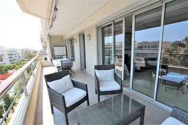 Appartement entièrement équipé avec grande terrasse / salon d' extérieur