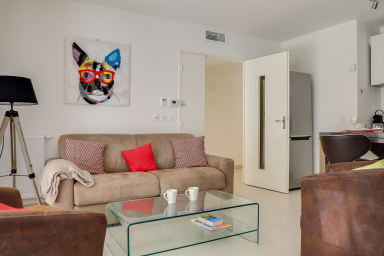 Appartement Danaè / Moderne appartement avec jardin et piscine