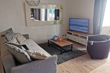 T2 à 50 mètres du tram, Netflix, TV 4k, terrasse - Air Rental