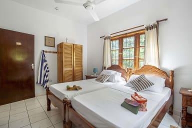 Schlafzimmer 2: Geräumiges Zweibettzimmer mit Bad, Klimaanlage, Erdgeschoss