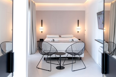 Beverly V Luxury Suite in Central Plaka