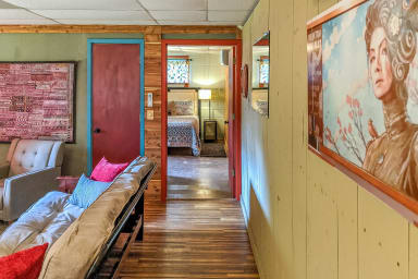 The (Ivy) Den ~ Creek Apartment