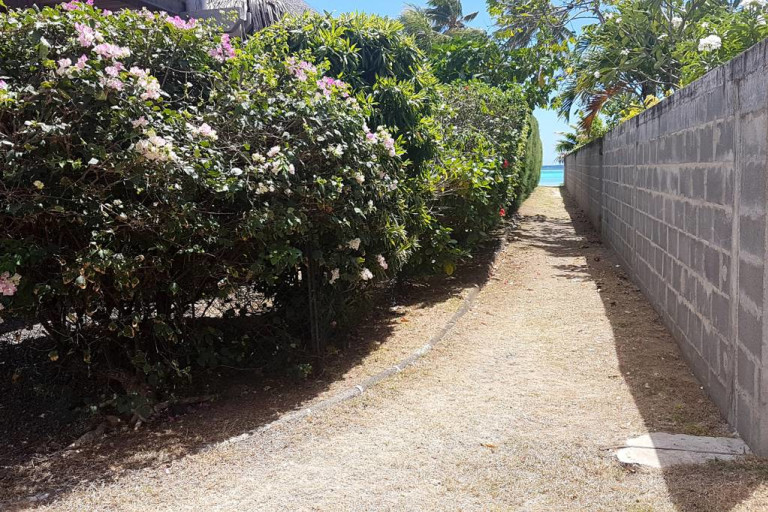 chemin devant la maison pour aller à la plage