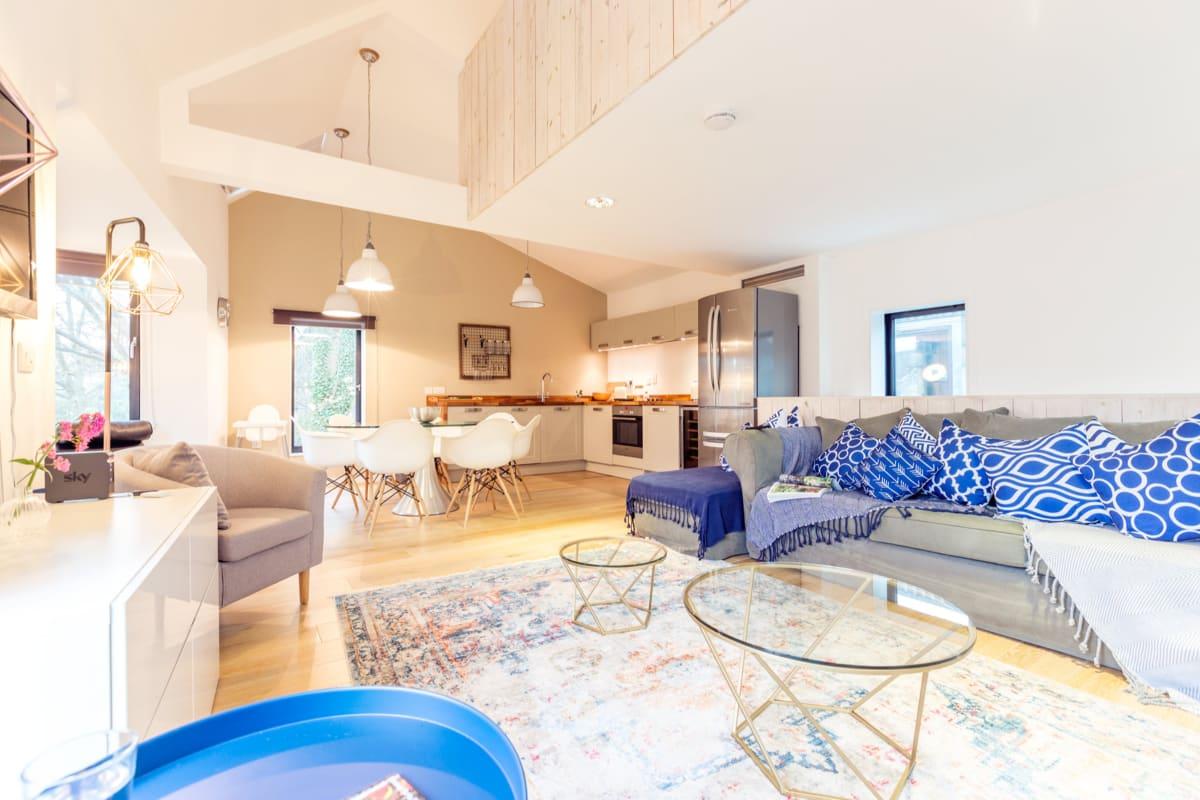 The Cliffside Chalet - Warm & Modern 3BDR Riverside Home