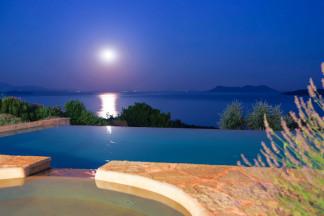 Charming full moon enjoyment beside the pool