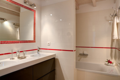 Tastefully designed and equipped bathroom 2